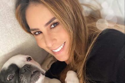 Selfi de Carolina Soto con perra Praga, a quien no lleva a guarderías por una mala experiencia.