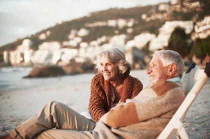 Foto de adultos mayores ilustra nota sobre los 10 mejores países para pensionarse.