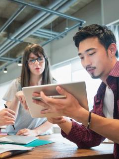 Imagen de personas trabajando en equipo para ilustrar nota sobre las mejores empresas para trabajar en 2020