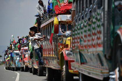 Indígenas colombianos viajan a Bogotá en el marco de la minga que protesta por la violencia en Colombia.