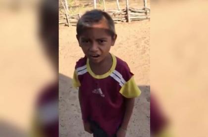 Foto del niño guajiro que conmovió a Falcao al cantar gol de Colombia.