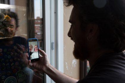 Una videollamada a través de WhatsApp, a propósito de la última novedad de la aplicación.