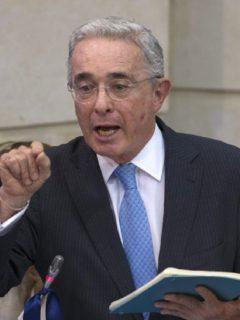 Imagen de Álvaro Uribe que ilustra nota de Semana, que les jala las orejas a Uribe, Barreras y Lara