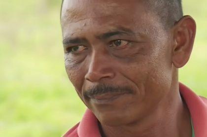Manuel Oviedo, campesino al que le cercaron los caminos para  entrar o salir de las tierras que le restituyeron.
