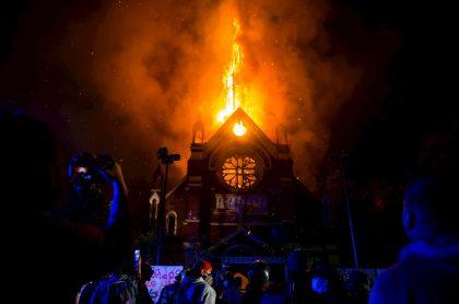 Una de las iglesias quemadas en movilizaciones en Santiago de Chile.