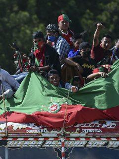 Indígenas de la minga llegando al Cauca con la bandera de la CRIC