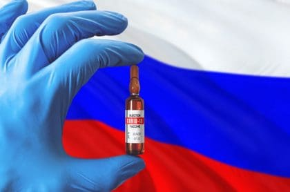 Imagen ilustrativa de bandera rusa y vacuna contra el coronvirus