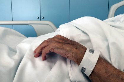 Imagen ilustra nota sobre anciano que tuvo erección de 3 horas y luego murió por COVID-19.