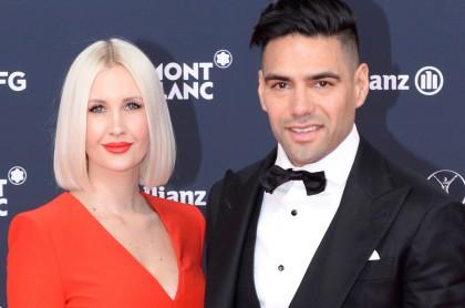 Falcao García y su esposa Lorelei Tarón, quien mostró su abdomen luego del parto para desmentir mito, posando en los Laureus World Sports Awards 2018.