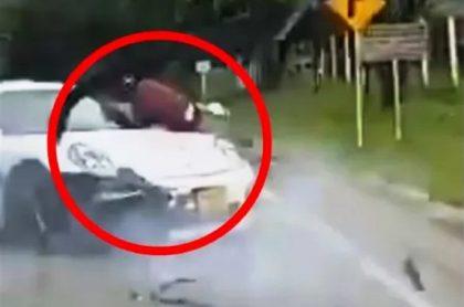 Imagen del Porsche que arrolló a un ciclista en Santander.