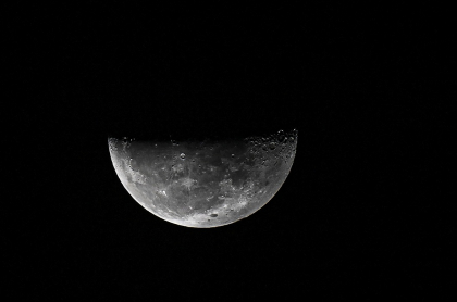 La Luna, donde la Nasa y Nokia instalarán primera red de telefonía móvil, es observada desde Ciudad de Panamá el 10 de octubre de 2020.