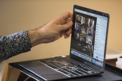 Hombre conectado a una videollamada a través de Zoom (imagen de referencia).
