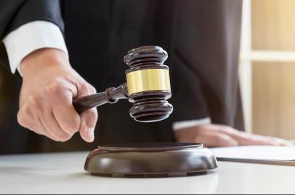 Imagen de juez sosteniendo mazo ilustra nota sobre togado cartagenero que se negó por tercera vez a casar pareja lesbiana