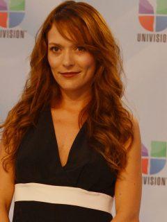 Carolina Acevedo, actriz de comentada foto porque su pierna lucía rara, en los Univision's Premios Juventud Awards.