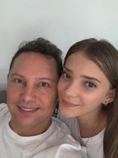 Foto de Giovanny Ayala y su hija Natalia, a propósito de que ella posó en bikini
