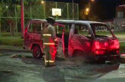 Imagen de la buseta de transporte informal que fue quemada, en Bogotá