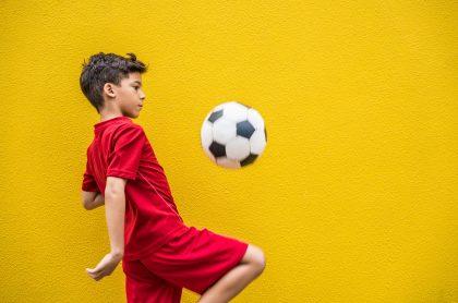 Imagen de un niño jugando fútbol, que ilustra nota de cómo participar en los Juegos Intercolegiados virtuales 2020