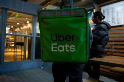 Domiciliario de Uber Eats, ilustra nota de que Uber Eats se va de Colombia