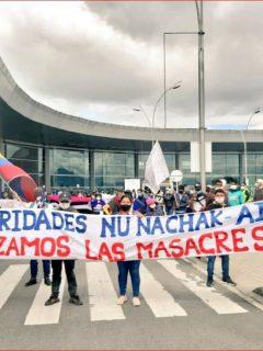 """Foto de la """"toma pacífica"""" de la comunidad indígena Misak en aeropuerto El Dorado"""