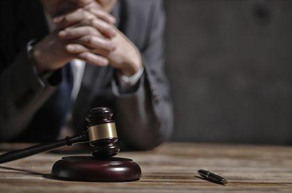 Imagen de juez con mazo de la justicia ilustra nota sobre impedimento a togado que no quería casar pareja de lesbianas