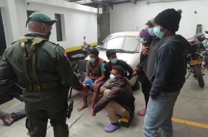 Los 6 venezolanos compraban armas con las limosnas que les daba la gente.