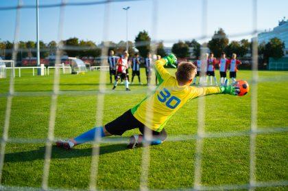 Imagen de niños jugando fútbol, que ilustra nota de Ministerio del Deporte, que reabre escuelas deportivas de Bogotá