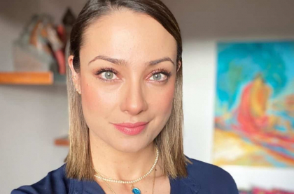 Selfi de Mónica Jaramillo, presentadora que publicó foto de su hermosa hermana para celebrar su grado.