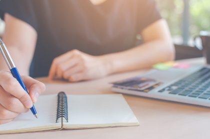 Imagen ilustrativa de alguien que estudia y que trabaja al mismo tiempo.