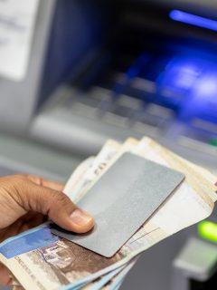Imagen de un cajero de banco, que ilustra nota del joven con síndrome de Down que habría sido discriminado en banco