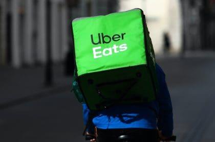 Repartidor de Uber Eats, servicio que se va de Colombia en noviembre por razones económicas