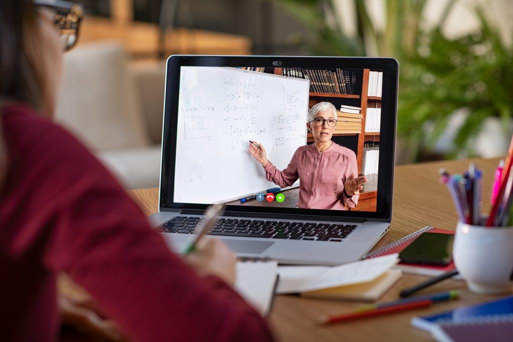 Imagen ilustrativa de alguien que estudia y que trabaja al mismo tiempo