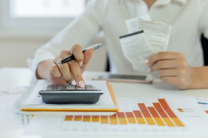 Mujer calculando sus impuestos, a propósito del vencimiento de la declaración de renta.