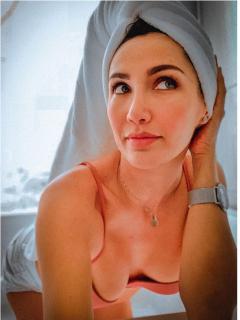 Fotos de Instagram de Adriana Betancur, quien contó que durante la cuarentena se le estallaron las prótesis mamarias y tuvo que operarse para reducir el tamaño de su busto.