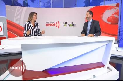 Mónica Rodríguez, presentadora de Noticias Uno, y Jorge Acosta, gerente del noticiero, durante la rendición de cuentas en la que se conoció cuánta plata ha recaudado el medio gracias a su vaca.