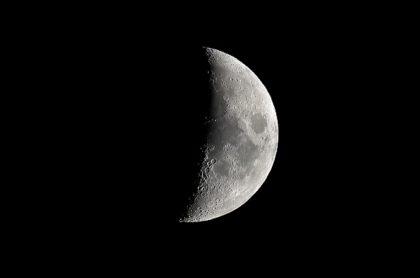 Imagen de referencia de la Luna, donde la NASA confirmó que hay agua.
