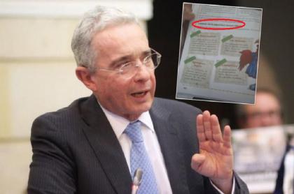 Foto de Uribe en el Senado, político sobre el que se hacen varias preguntas de su gobierno en una cartilla escolar