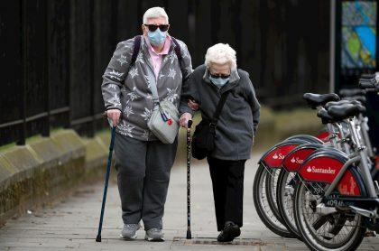 Pareja de ancianos, uno de los grupos más vulnerables a contagiarse con coronavirus.