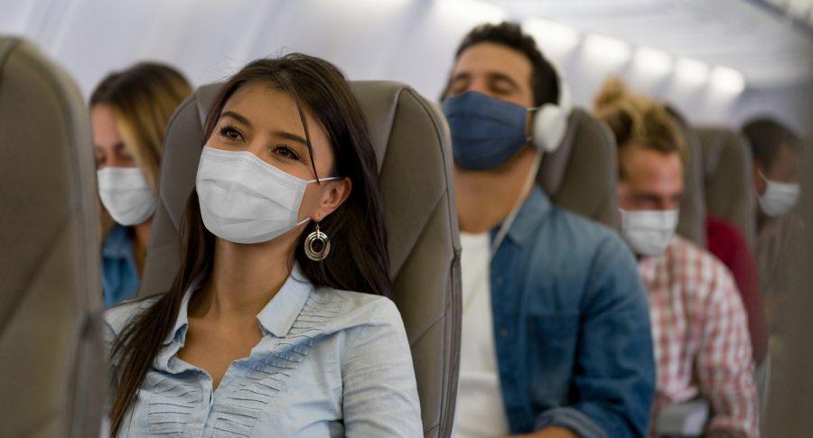 Imagen de pasajeros en un avión ilustra nota sobre baja de precios en los tiquetes de Colombia