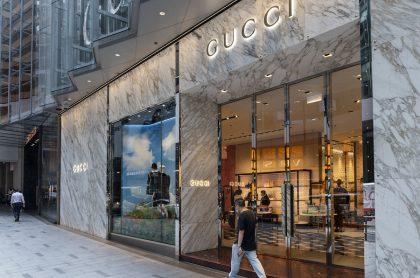 Imagen de tienda Gucci para ilustrar nota sobre las medias rotas de la marca que se agotaron