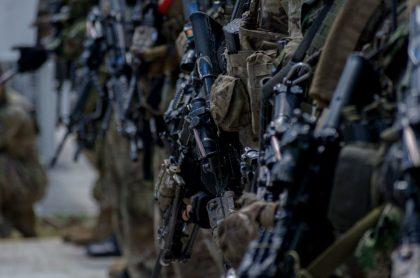 Imágen de soldados colombianos que ilustra el batallón que entona cánticos contra la mujer.