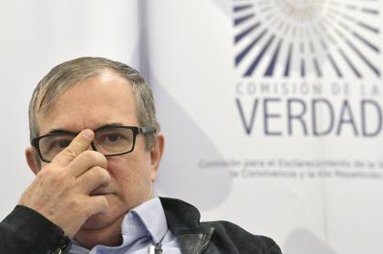 Rodrigo Londoño, 'Timochenko', acusado por una mujer de haber abusado de ella cuando era niña, aparece durante una rueda de prensa durante el Día de la Contribución a la Verdad, el 18 de febrero de 2020.