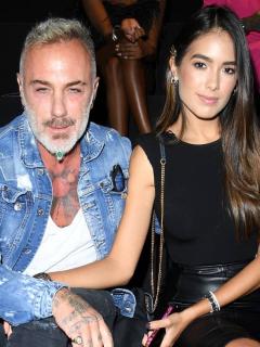 Gianluca Vacchi y Sharon Fonseca, pareja que tuvo a su hija y vive en lujosa mansión de Italia, en la Semana de la Moda de Milán de 2019.