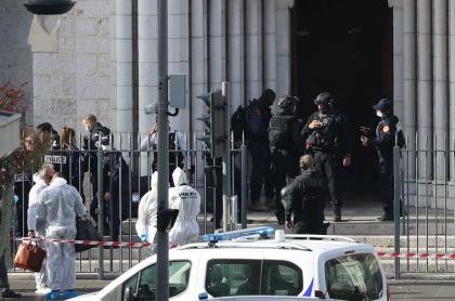 Con puñal, hombre mata a 3 personas en Niza, Francia.
