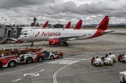 Aviones de Avianca, empresa que llegó a un acuerdo con el sindicato de pilotos, permanecen en la pista del Aeropuerto Internacional El Dorado.