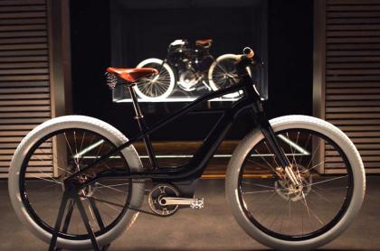 La nueva bicicleta Harley Davidson tiene luz incorporada y una línea muy clásica, con detalles propios de la marca.