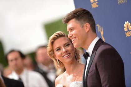 Scarlett Johansson y Colin Jost, que se casaron el fin de semana pasado, llegan a la 70a entrega de los premios Emmy en el Microsoft Theatre de Los Ángeles, California, el 17 de septiembre de 2018.