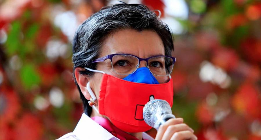 Foto de Claudia López en rueda de prensa.