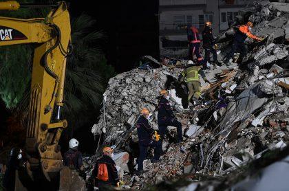 Rescatistas buscando sobrevivientes de sismo en Turquía