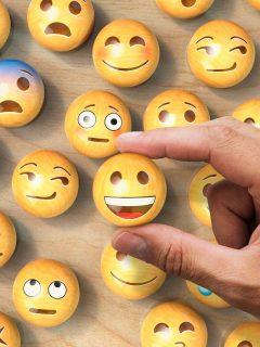 Imagen de emojis, ilustra nota sobre cómo poner los emojis, antes o después del punto.