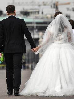 Pareja de recién casados ilustra artículo Buscan que padres no autoricen bodas entre adolescentes